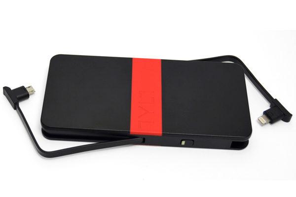 Tylt ENERGI 5K - 5200mAh Batterie mit 2x 3.0A & integriertem Lightning-Anschluss und zusätzlichem USB-Port, schwarz-rot