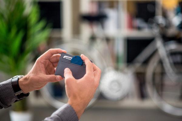 Chipolo Plus - Wasserresistenter Keyfinder mit Bluetooth & Social GPS für alle iOS Geräte & Smartphones, weiss