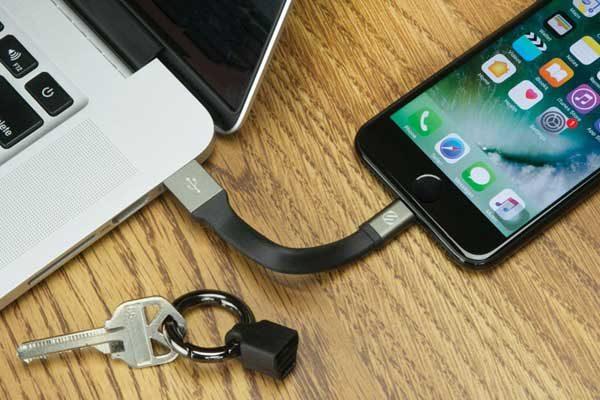 Scosche ClipSync - Flaches und steifes USB zu Lightning Lade- & Sync-Kabel für iPad, iPhone & iPod, schwarz