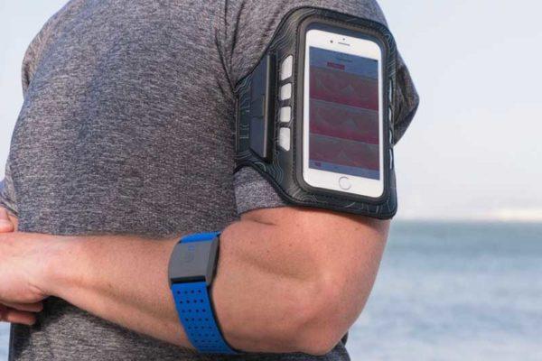 Scosche LitFit - Ultraleichtes Sportarmband inkl. Bildschirmschutz mit leuchtenden Safety LEDs für iPhone 6/7/ 8 Plus und iPhone X, schwarz